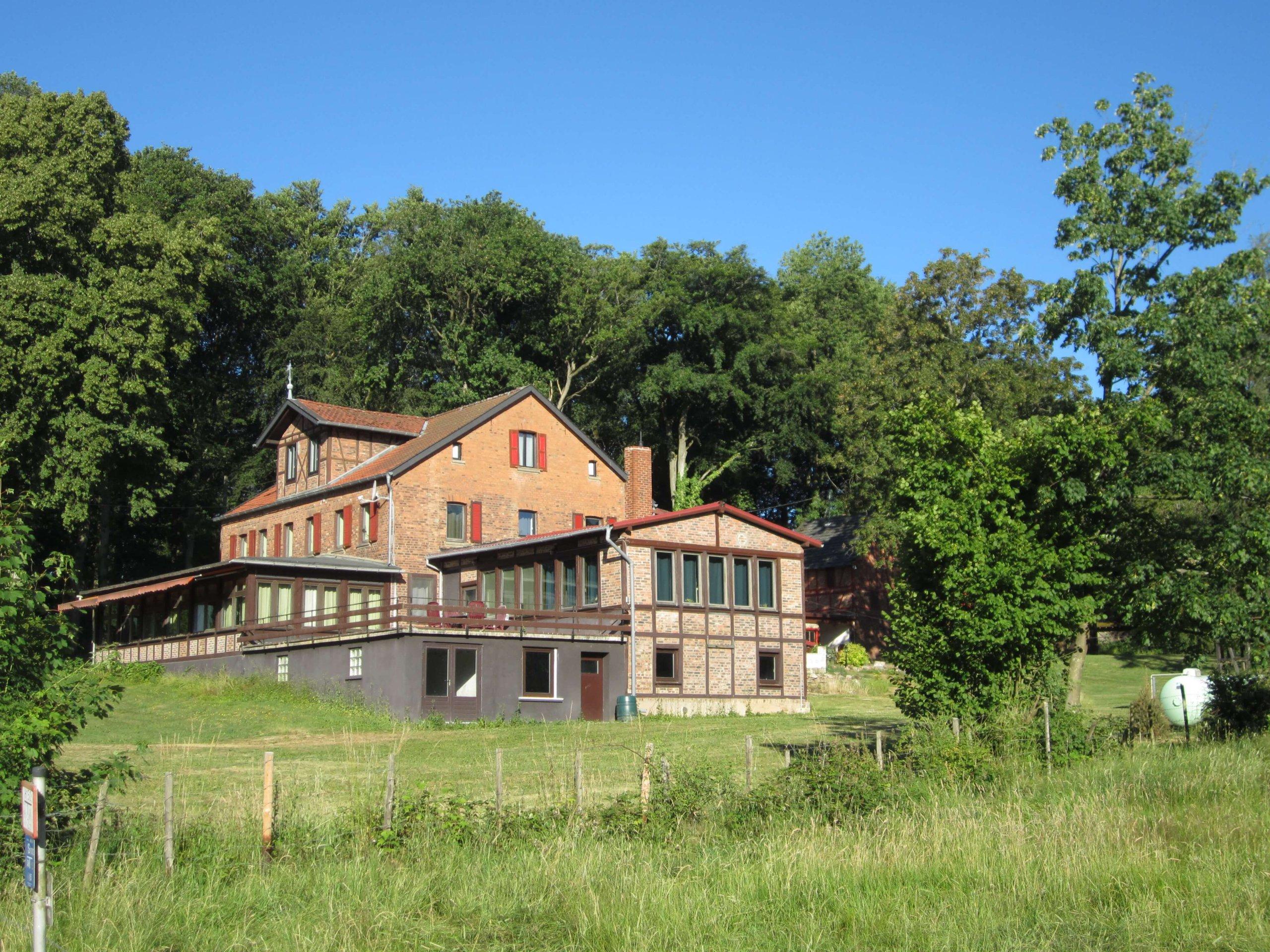 Een zicht van het huis vanaf de weg