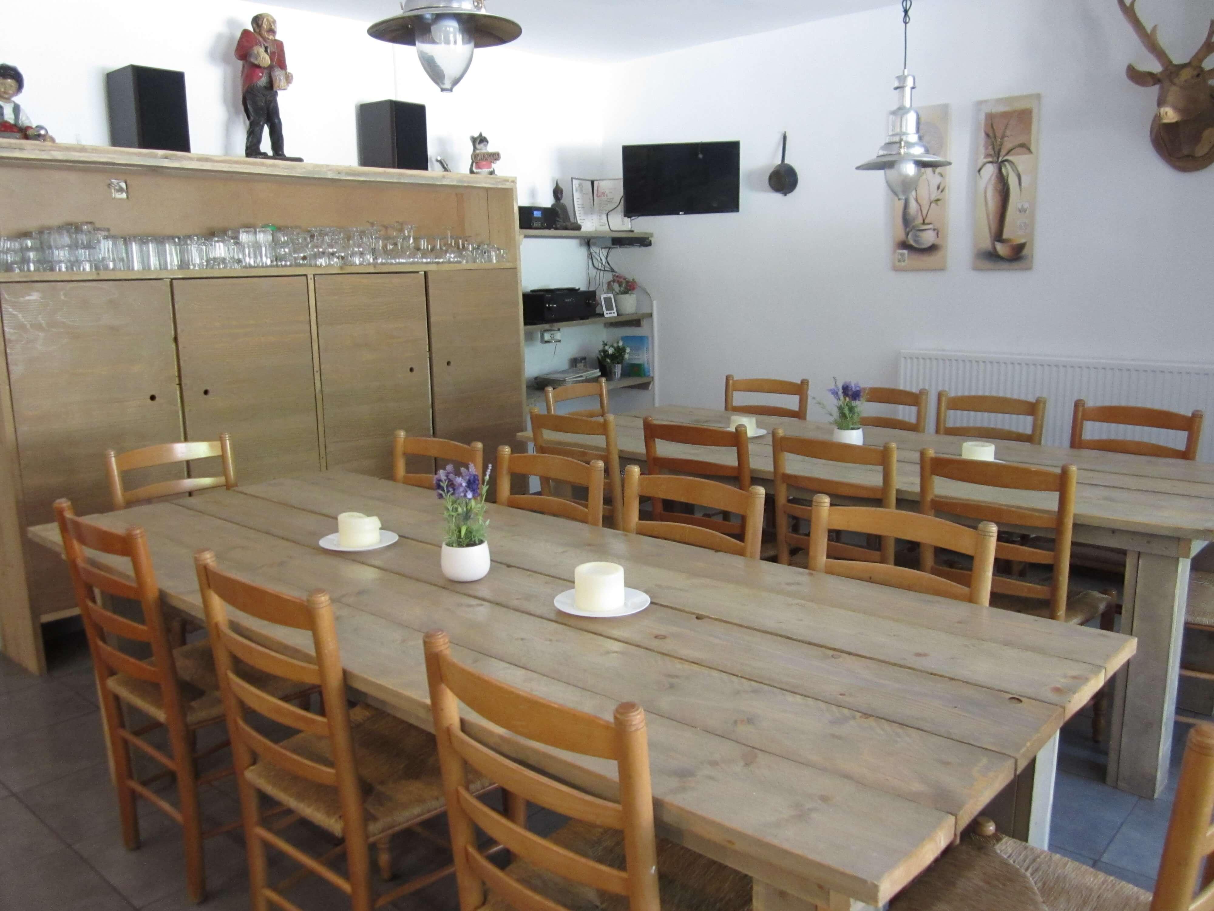 eine geräumige küche mit platz für 30 personen